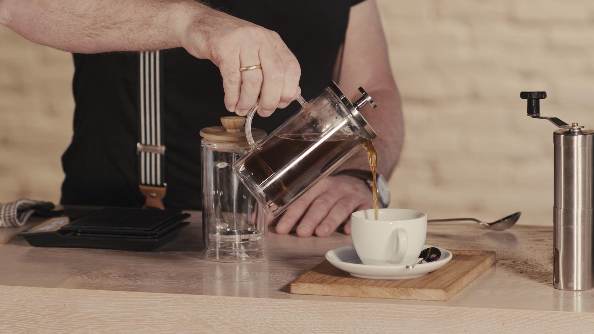 Schritt 5 der French Press Anleitung: 3-4 Minuten Warten und in die Tasse gießen